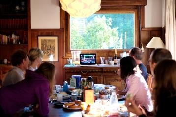 Die Besatzung des Deutschen Hauses verfolgt gespannt den Start des CCC per Ultratrail TV