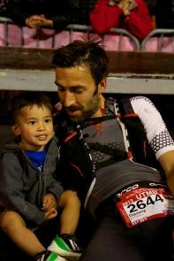 Der britische Läufer Danny KENDALL mit Kind (Gewinner des London Ultra Race 2013)