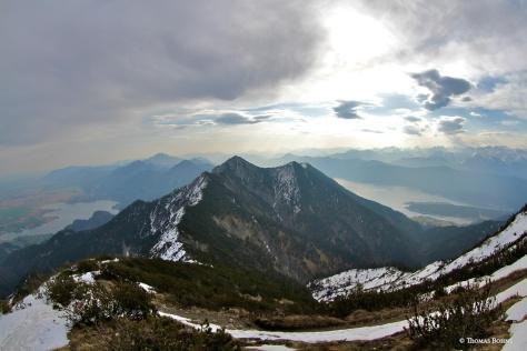 Der Grat hinüber zum Herzogstand mit dem Pavillon auf dem Gipfel
