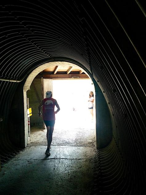 """Licht am Ende des Tunnels. """"Ganz ehrlich, der Tunnel ist heftig"""", sagt Sabine Reiner, nachdem sie den Tunnel durchquert hat."""